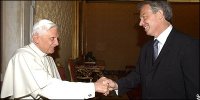 Again the same configuration in the handshake of Pope Benedict XVI and Prime Minister Tony Blair.